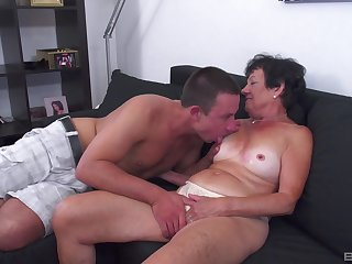 Tanned mature leaves her nephew to try her be worthwhile for a few rounds