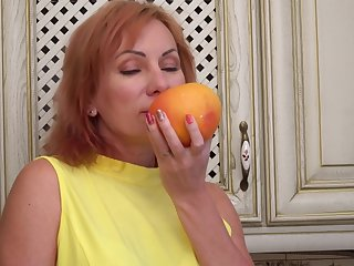 Weasel words vitalized mature Silvia pleasures her pussy in the kitchen