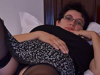 Horny Houswife Gettin' Throughout Naughty - MatureNL
